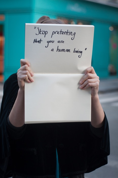 « Arrête de faire semblant d'être un être humain ». Parole d'un violeur à sa victime, tiré du projet Unbreakable