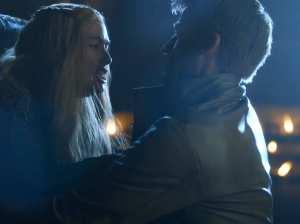 """Dans la série Game of Thrones, Jaime viole sa sœur Cersei.  Le réalisateur Alex Graves a déclaré à propos de cette scène : """"A la fin, ça devient consenti car tout ce qui les concerne débouche sur un truc bandant, particulièrement quand il s'agit d'une lutte de pouvoir. (…) C'est une de mes scènes préférées."""" Pour une victime, ressentir du plaisir physique est vécu comme l'humiliation"""